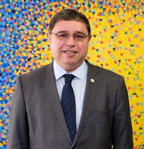 Professor Roberto Brandão parabeniza todos os pais pela data especial