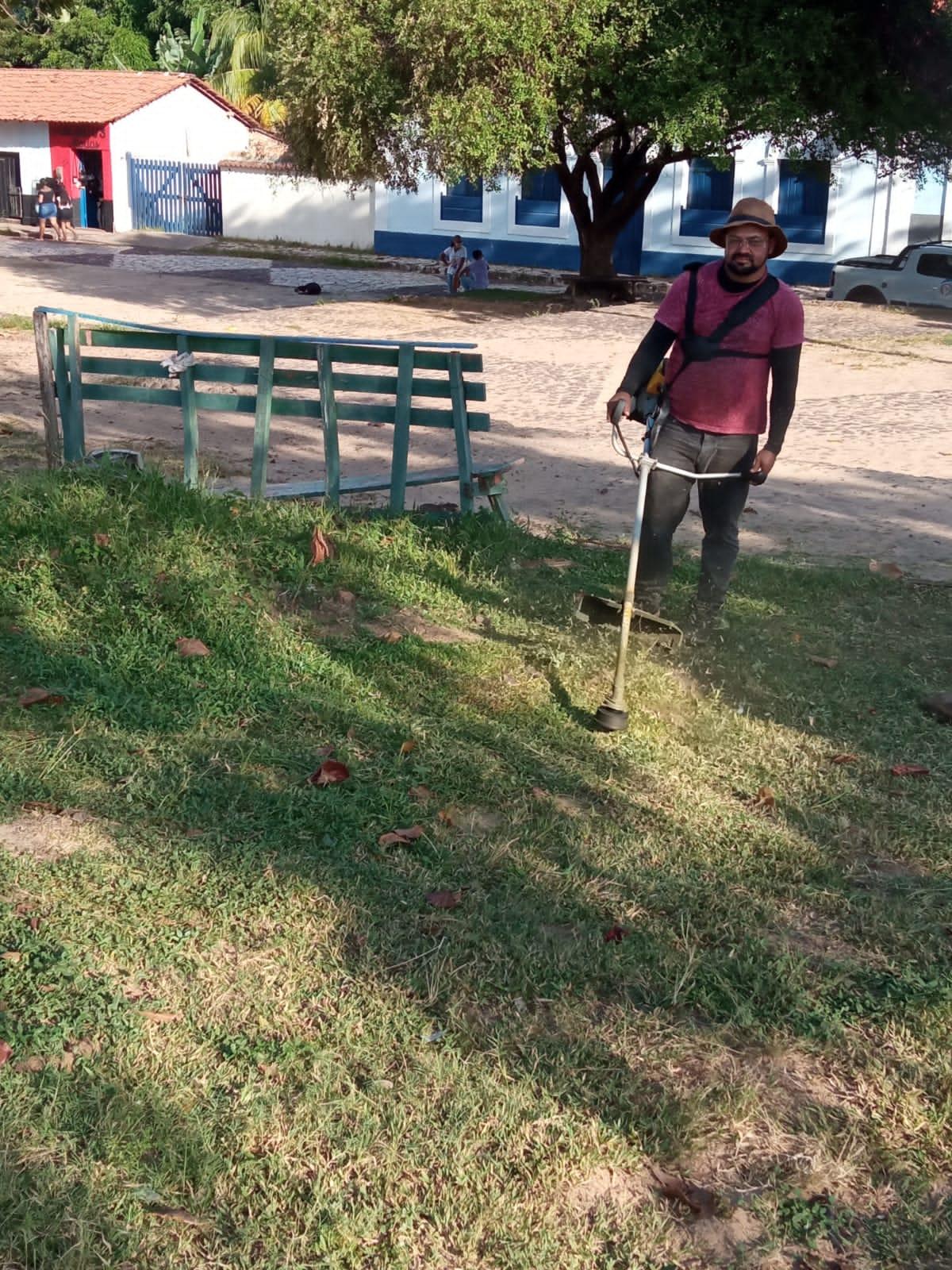 Ações dos vereadores – Vereador Marivaldo Campos promove limpeza da praça do Rosário, na sede do Município de Alcântara