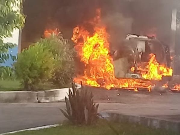 Ambulância pega fogo em frente ao Hospital de Penalva no Maranhão; causa é desconhecida