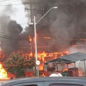 Ônibus pega fogo em avenida de São Luis após pane elétrica e mobiliza Bombeiros; vídeos e imagens
