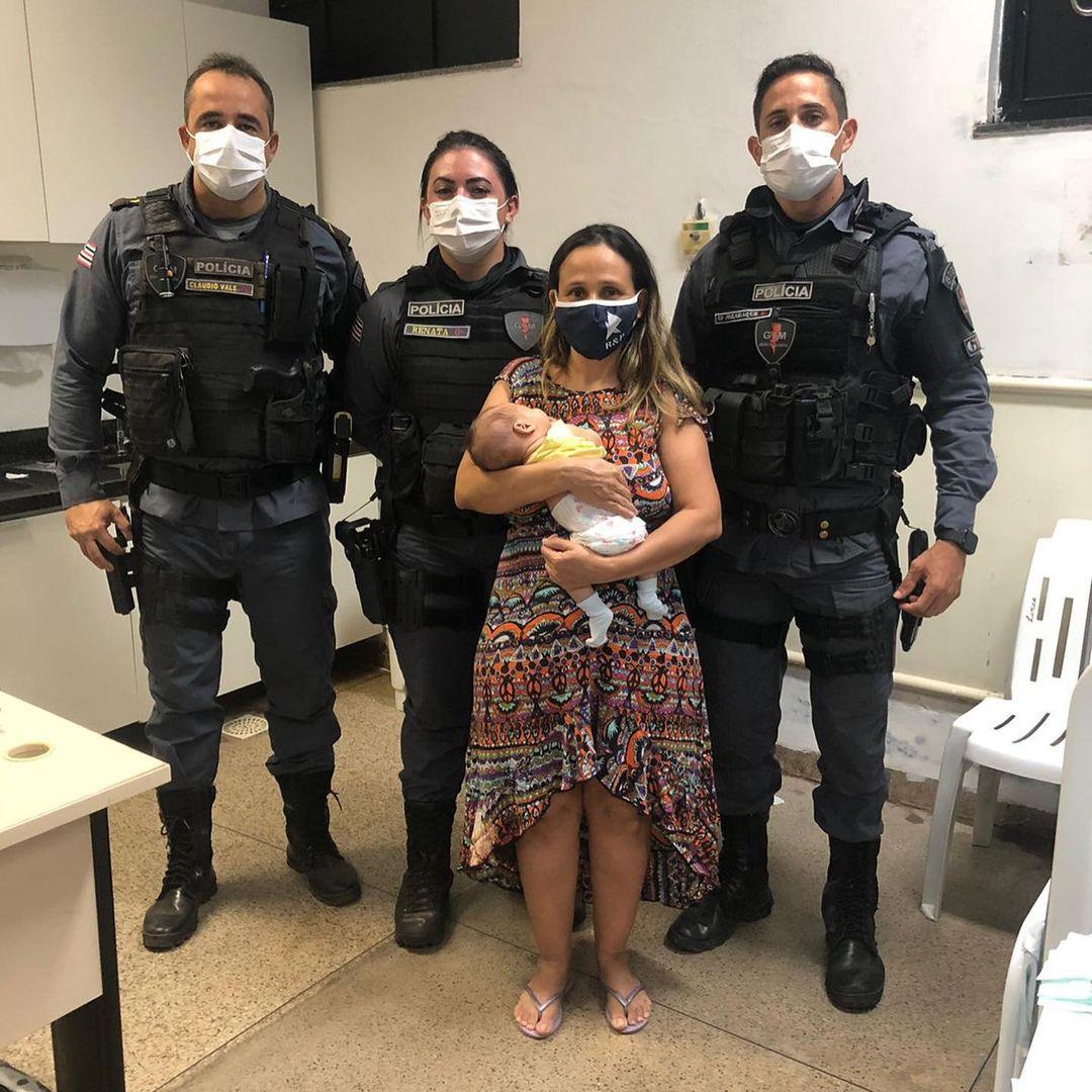 Vídeo-Bebê de 45 dias é socorrido por policiais militares após se engasgar com leite materno