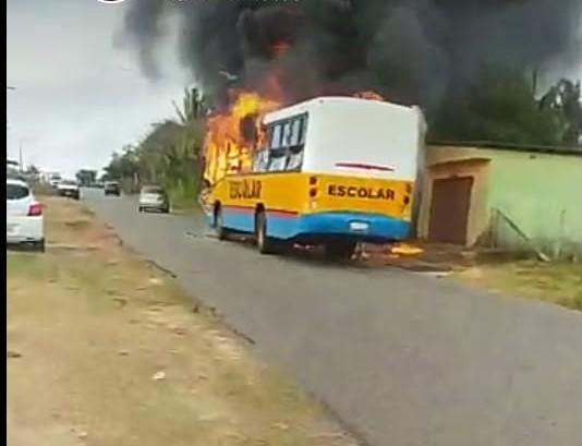 Panaquatira – Ônibus escolar pega fogo, após curto-circuito em painel de controle