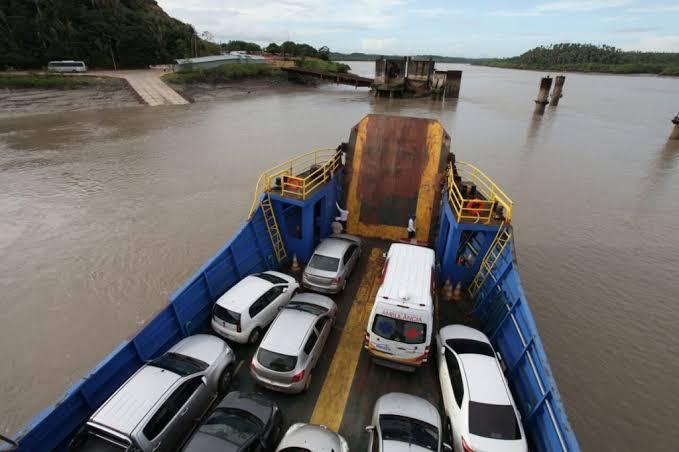 Ferry Boate colite com estrutura de concreto na ponta da espera na capital
